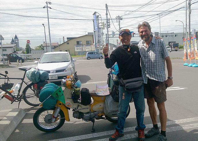 Saetou ist mit seinem Moped unterwegs. Er überlässt uns seine Strassenkarte und lädt uns ein, ihn in Nagoya zu besuchen. Werden wir gerne machen! See you soon!