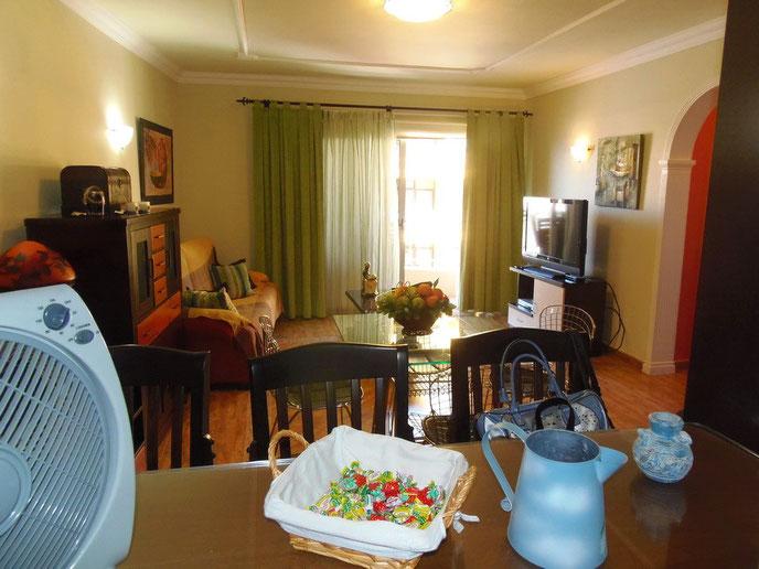 Blick von der Küche in den Wohnraum