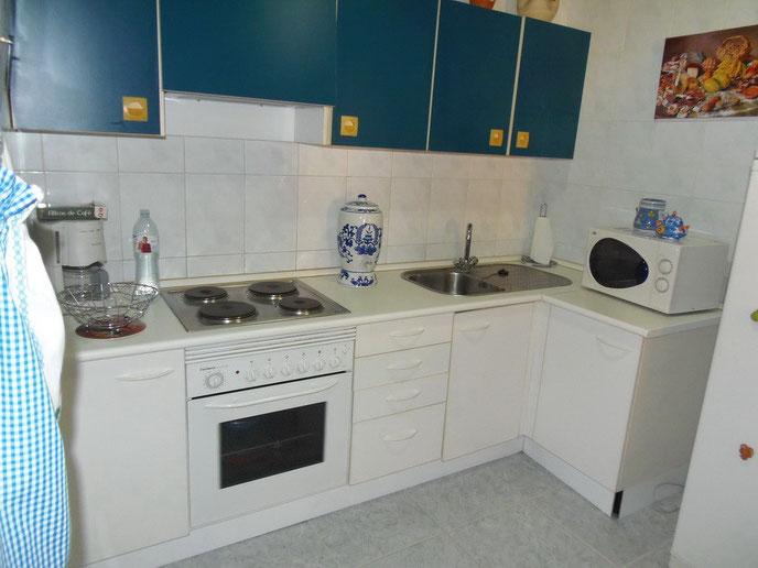 Bild: Helle, in weiss und blau gehaltene Küche der Ferienwohnung für 3 Personen.