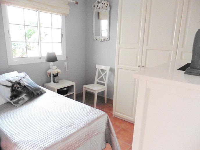 Kleines Schlafzimmer sehr Stilvoll nur in weiß und schwarz gehalten.