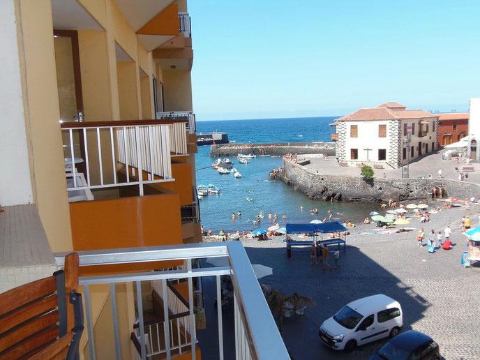 Bild: Blick vom Balkon der Ferienwohnung in Puerto de la Cruz auf den Hafen, das Meer und dem Plaza del Charco.