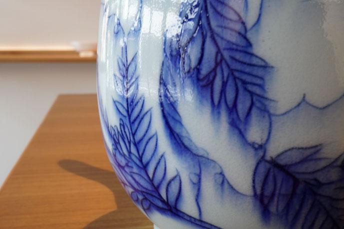 カラスノエンドウの作品:彫りを施した上に絵付けをした作品。釉薬もいろいろとあるので、選択次第ではまた違った絵付けの表現ができます。