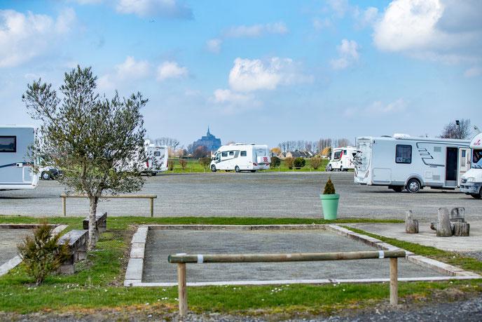 Ll'aire de camping-car/camping à la ferme de La Bidonnière à Ardevon, et vue du Mont-Saint-Michel