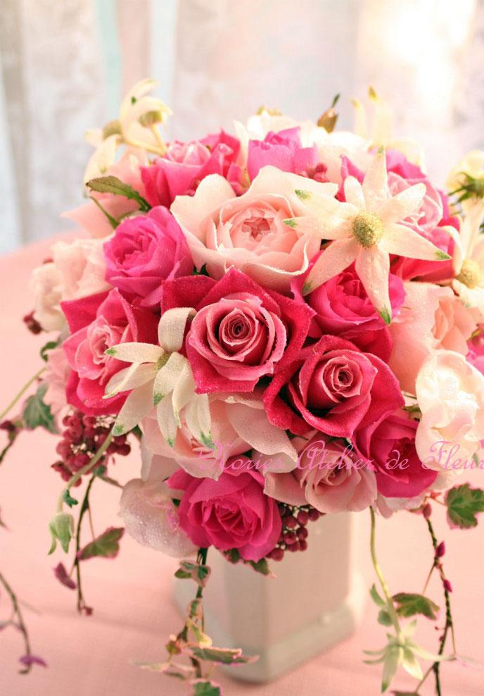 ピンクのバラとフランネルフラワーのラウンドブーケ