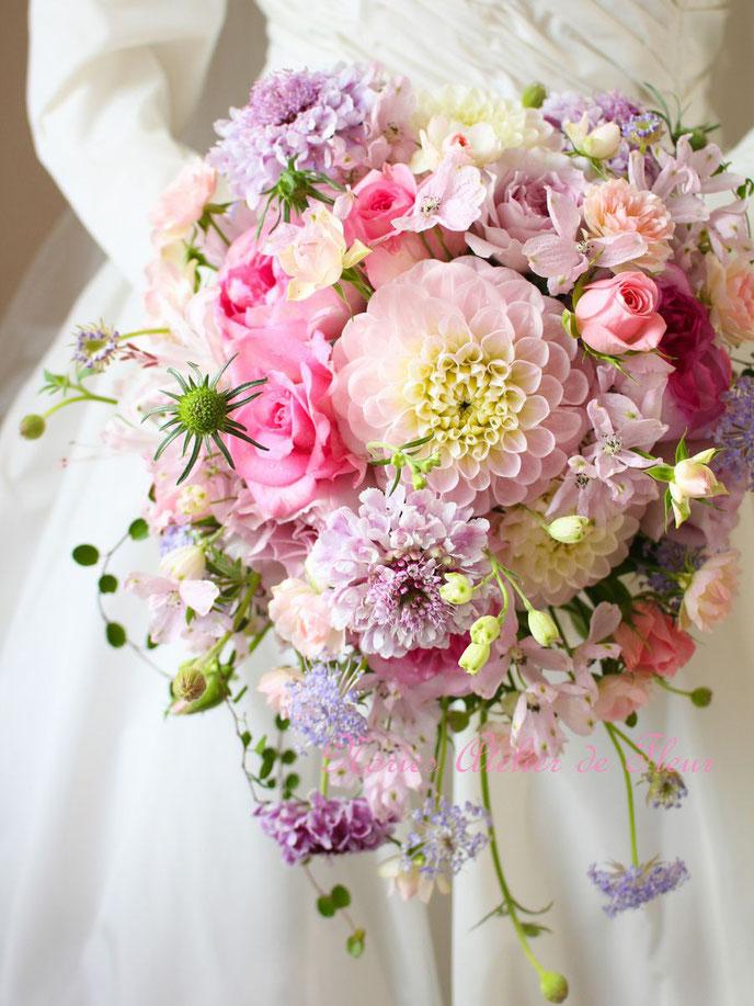 ピンクのダリアと淡いパープルのバラのラウンドブーケ