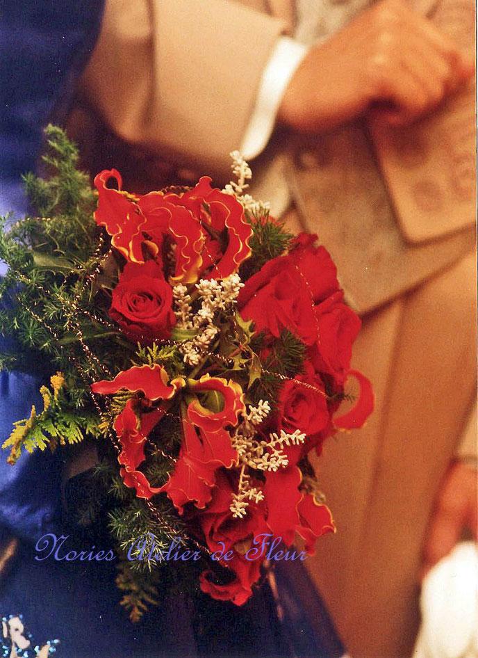 生花 赤いバラとヒイラギなどクリスマスの雰囲気のラウンドブーケ