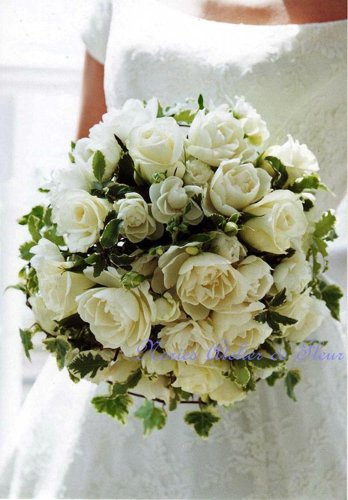 生花 カップ咲きのバラとアイビーのラウンドブーケ