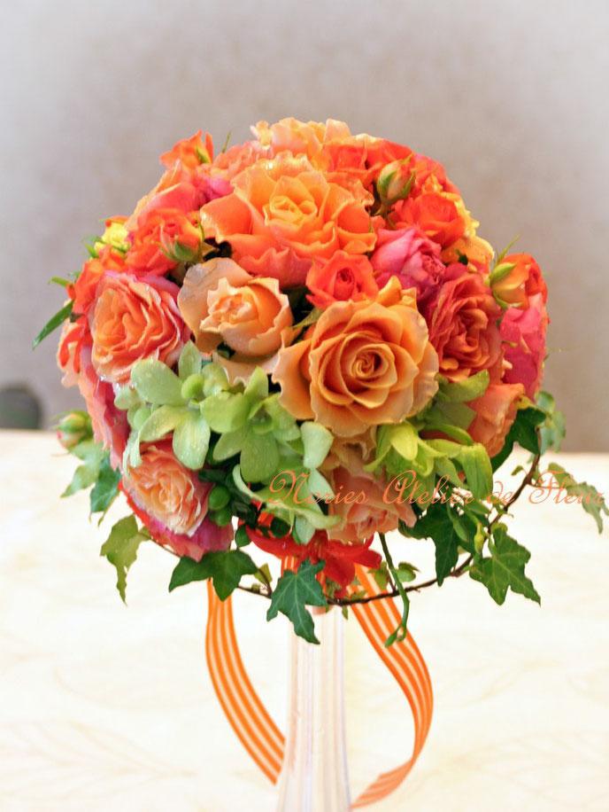 生花 オレンジのバラとグリーンのデンファレのラウンドブーケ