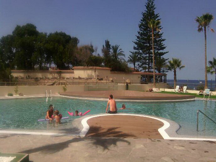 Meerwasserpool in der Apartmentanlage Costa Mar mit Rezeption, Internet, Poolbar in Los Christianos auf Teneriffa