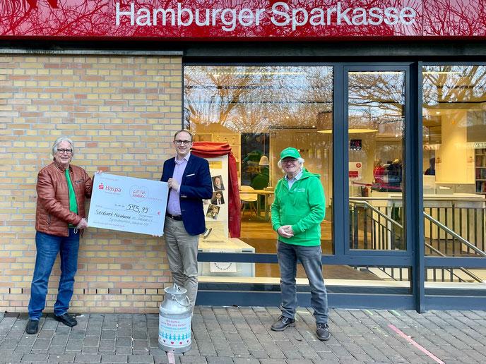 Scheckübergabe in der Haspa-Filiale Hermann-Balk-Straße