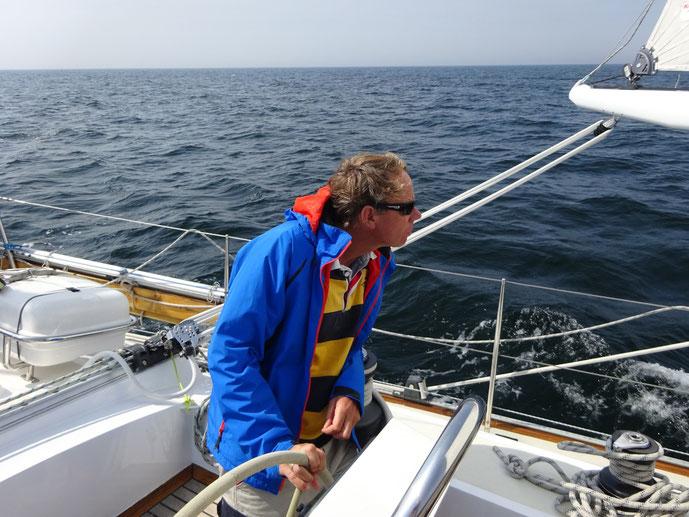 Konzentrierte Sichtnavigation in die Anfahrt von Mariehamn