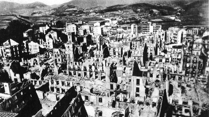 """26. april 1937: Bombardement af den baskiske by Guernica gennemført af det tyske og italienske luftvåben, hhv. """"Legion Condor"""" og """"Corpo Truppe Volontarie"""". Op til 1600 beboere blev dræbt under angrebet"""