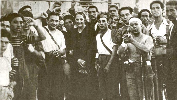"""Dolores Ibárruri spansk kommunistisk politiker og agitator, kendt som """"La Pasionaria"""", sammen med kommunistiske aktivister"""