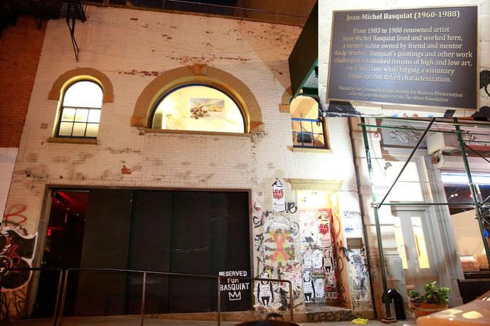 ※12:1983年から1988年までバスキアが過ごした、マンハッタン・ダウンタウンのグレート・ジョーンズ・ストリート57番地にあるスタジオ。ここではバスキアは亡くなった。2016年7月13日、グリニッジビレッジ歴史保存協会によりバスキアの人生を捧げる盾が置かれた。