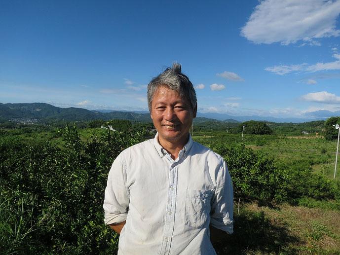 自然栽培のみかん農家、池田道明さんとみかん畑の写真