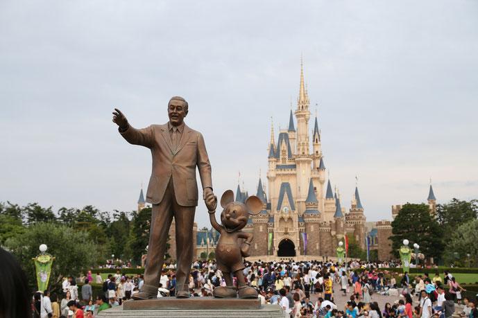 ディズニーランド シンデレラ城とパートナーズ像