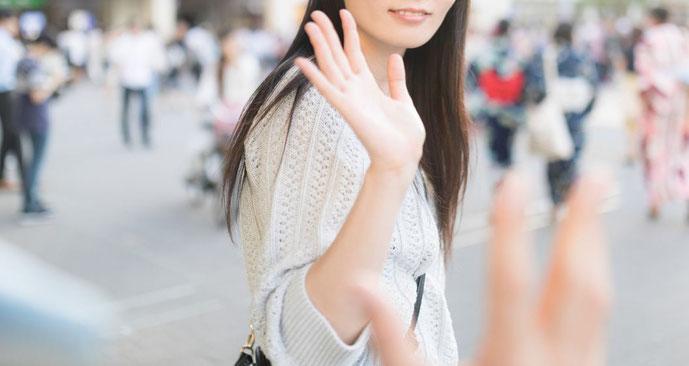 手を振る女子
