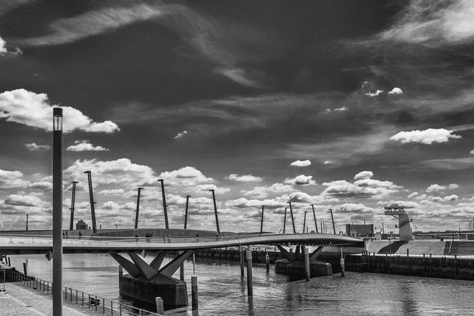 Hamburg Baakenhafenbruecke Wolken Wasser Wasser
