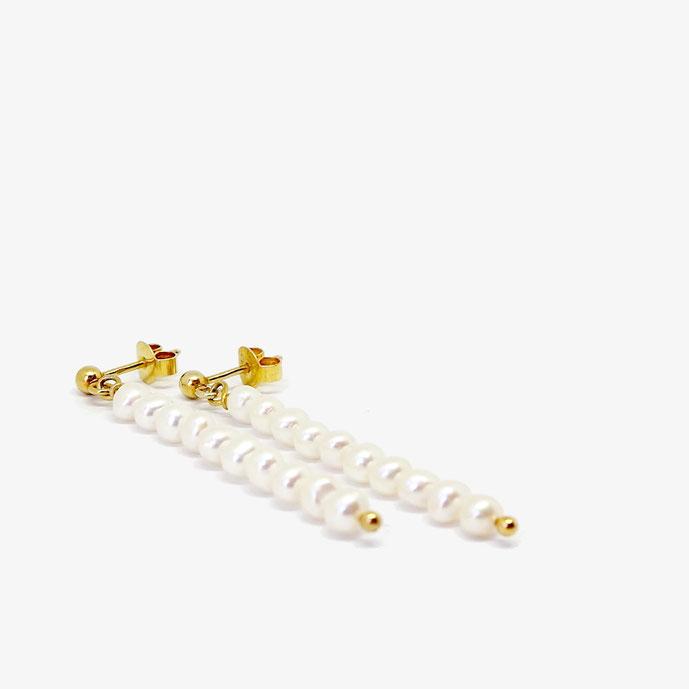 Perlen Ohrringe. Lange stylische goldene Ohrhänger mit weißen Süßwasser-Perlen. Handgefertigter Schmuck vom Goldschmied.