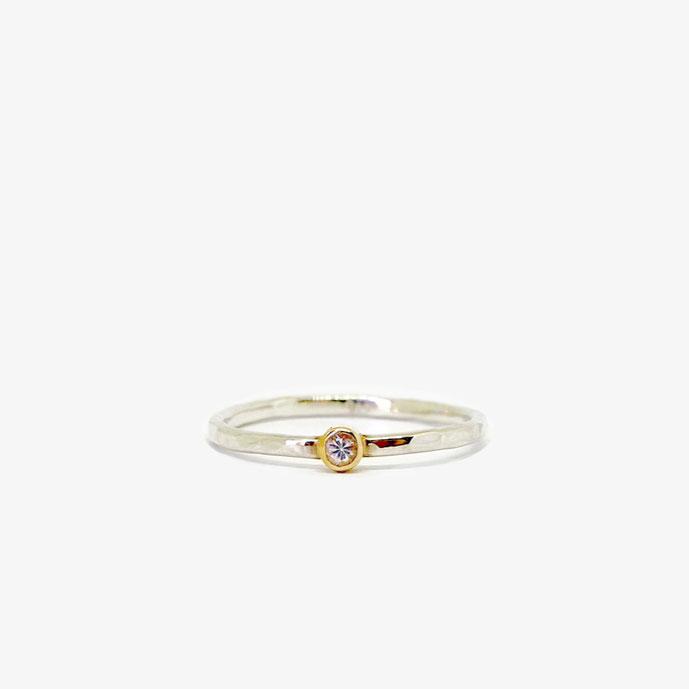 Silberner gehämmerter Ring mit einem echten kleinen weißen Saphir, der in Gold gefasst. 925 Sterling Silber, 18k (750) Gold. weißer Saphir (2,5 mm). Hammerschlag Ring. Gehämmerter Ring. Ring mit Strukturierter Oberfläche. Verlobungsring.