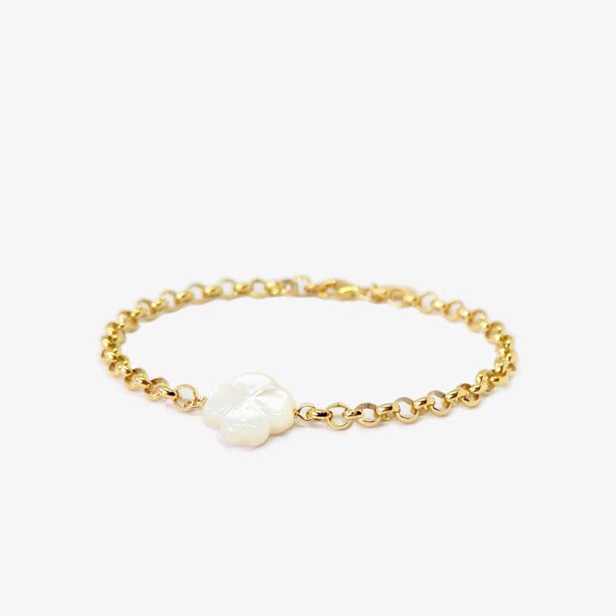Goldenes Armband mit einem weißen Kleeblatt aus schimmernden Perlmutt. Glücksbringer Armband, Kleeblatt-Armband. Größenverstellbares Armband. Armband aus vergoldetem 925 Sterling Silber. Armband mit Karabinerverschluss.