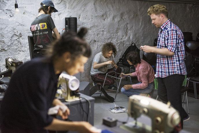 Für die Autorin und Regisseurin ist Theater ein Gemeinschaftswerk. In ihrer Gruppe Spălătorie (Wäscherei) steht jeder für jede Aufgabe bereit. Foto: Éric Vazzoler