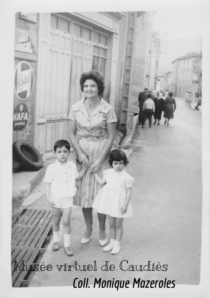 famille Mazeroles photographiée devant le garage Bataille (Mme Barbié, Marc et Marie)
