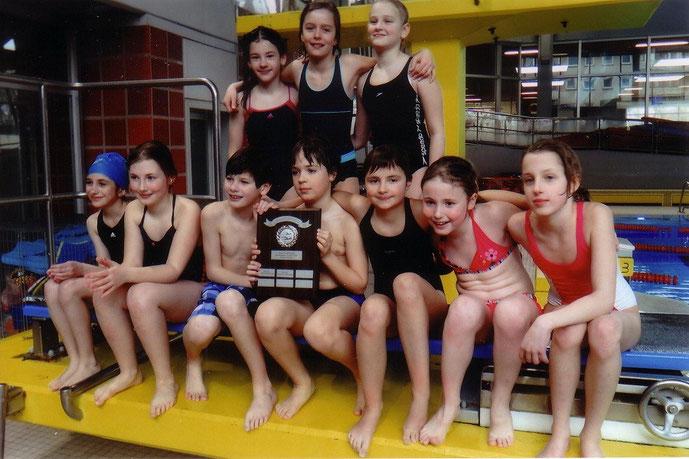 Foto: Die Breckenheimer Schulschwimmmannschaft mit dem Wanderpreis