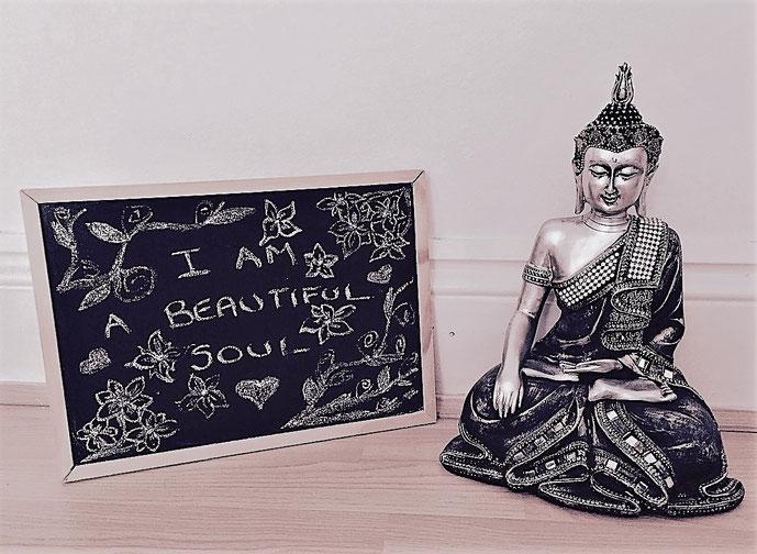 Soulfeelings schreibt in diesem Beitrag über kreatives Schreiben, ihre Liebe zur Poesie und die heilsame Wirkung, die dasHinausschreiben des inneren Schmerzes zur Linderung führen kann. #Blogartikel #lieberfrei