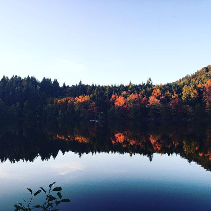 Der Bergsee im Herbst