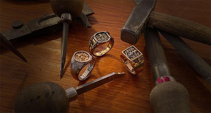 Siegelring und Wappenring in Gold, Silber oder Edelstahl mit persönlichem Familienwappen oder Logo aus dem Goldschmiede-Atelier OBSESSION in Zürich und Wetzikon