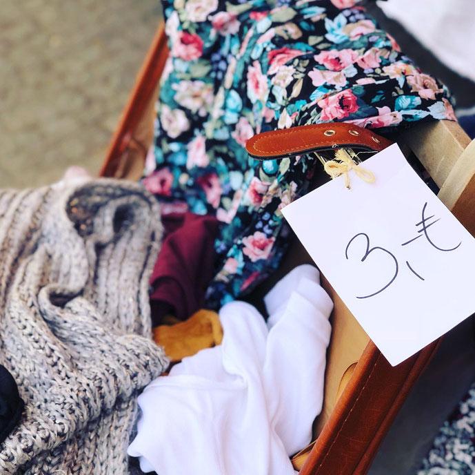 In einem Vintage Koffer die Klamotten zum Flohmarkt transportieren & einfach aufklappen – by Kamikatze Design Berlin