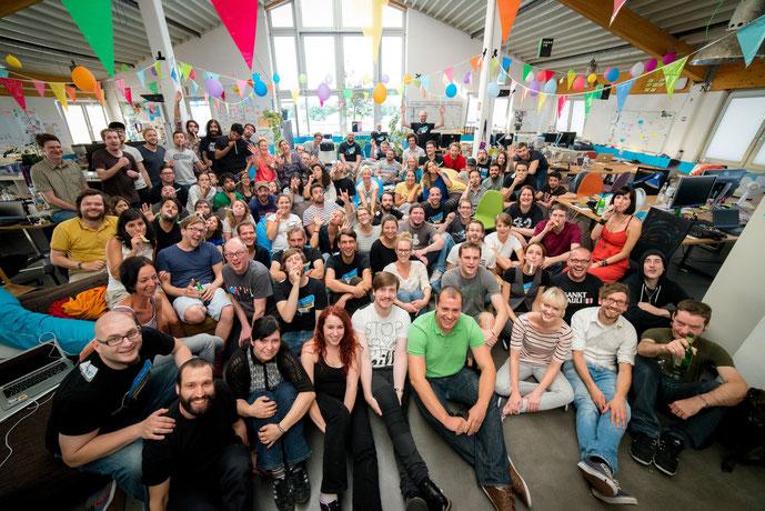 Aperçu : Un partie de l'équipe Jimdo dans les bureaux de Hambourg au moment de la sortie de l'application mobile iOS