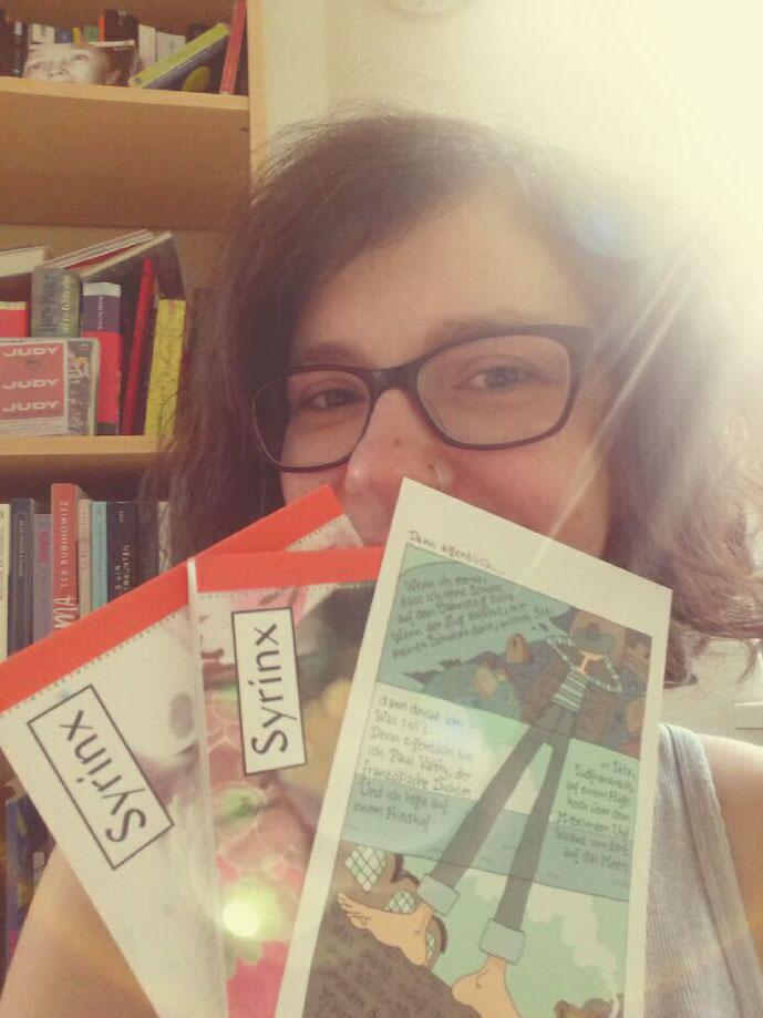 """Ist sie nicht schick geworden? Das neue Syrinx-Postkartenmagazin mit meinem Gedicht """"Denn eigentlich""""."""