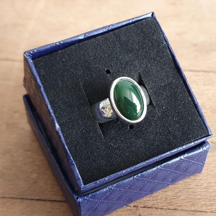Handgemaakte zilveren ring met groene agaat