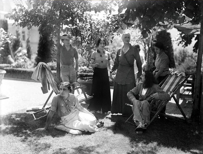 6th July 1934 ; (L-R) Minta (sitting on grass), Arend, Delia, Norina, Baba and Anita - photo by Walter Mertens - Courtesy of MN Collection
