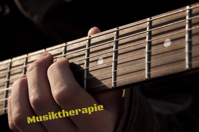 Musik als heilsame Kraft Musiktherapie heilsames Tönen Gitarre lernen E-Gitarre Onlinekurs Summen Töne Klangschalen Seele baumelt ganzheitlich gesund glücklich leben Kreativtherapien