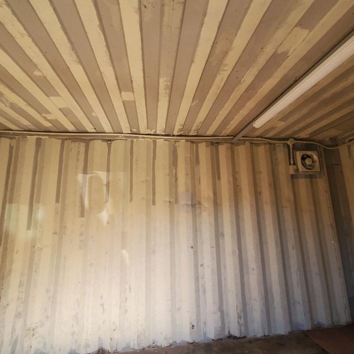 大阪府堺市 中古コンテナ20ft1800シャッター・LED・換気扇付きオリーブ塗装設置