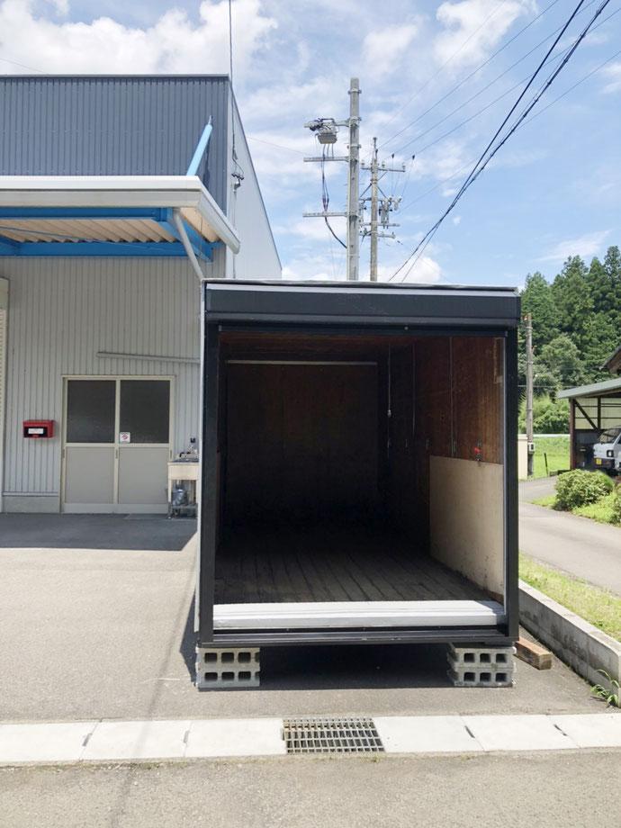 岐阜県関市 中古2tアルミコンテナ黒シャッター付設置
