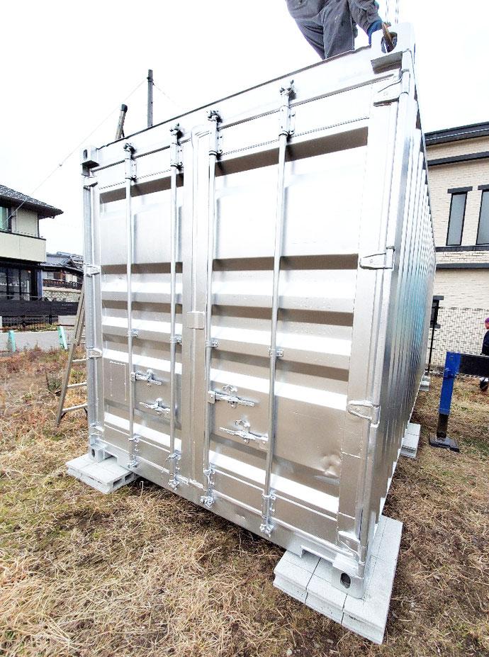 各務原市鵜沼 中古コンテナ20ft1100シャッター付シルバー塗装設置