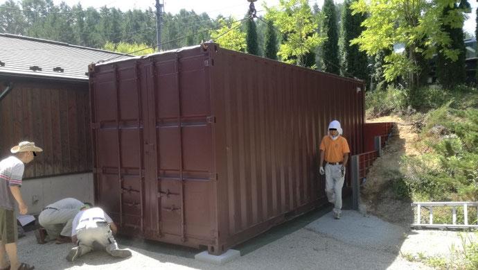 長野県茅野市 中古コンテナ20ftステンレスフード付・ブラウン塗装設置