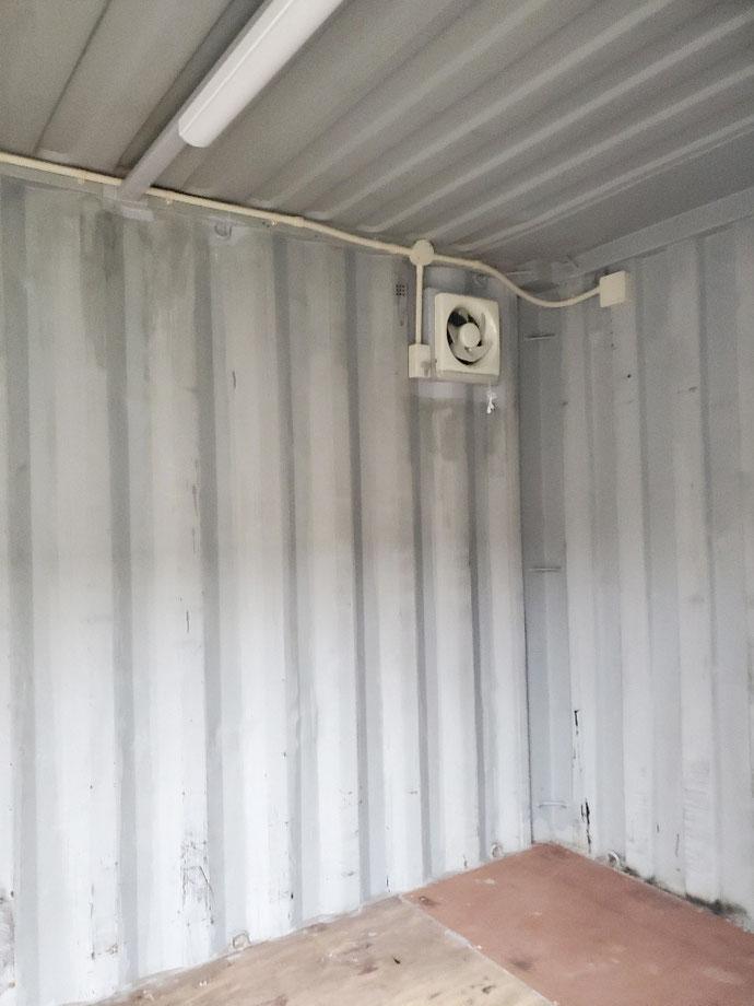 海津市海津町 中古コンテナ20ftシャッター換気扇・照明・ライトグレー塗装品設置