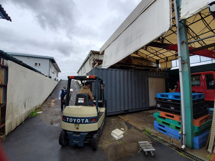 大垣市桧町 中古コンテナ20ftグレー塗装シャッター付設置