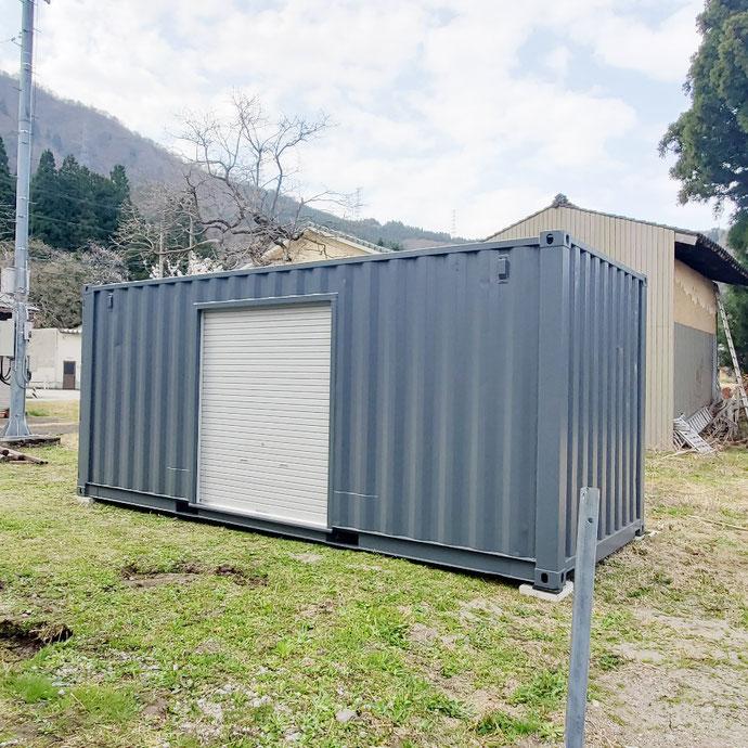富山県富山市 中古コンテナ20ftグレー・1800シャッター・ブロック設置