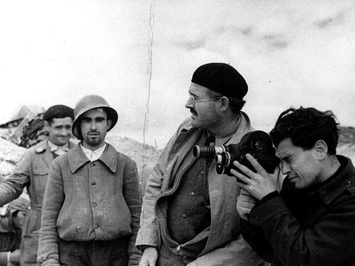 Forfatteren Ernest Hemingway sammen med fotografen Joris Ivens ved fronten. Hemingway dækkede som krigsreporter kampen mod Franco-fascisternes hær i perioden 1937/38.