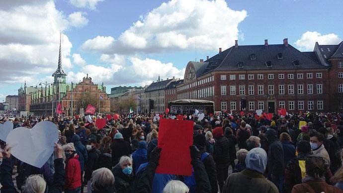 Flere tusinde deltog i manifestationen 'Stop udvisningerne af syriske flygtninge' på Christiansborg Slotsplads i dag