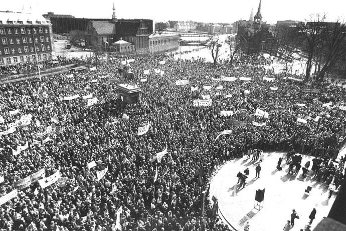 Påskestrejke-manifestation foran Christiansborg i 1985