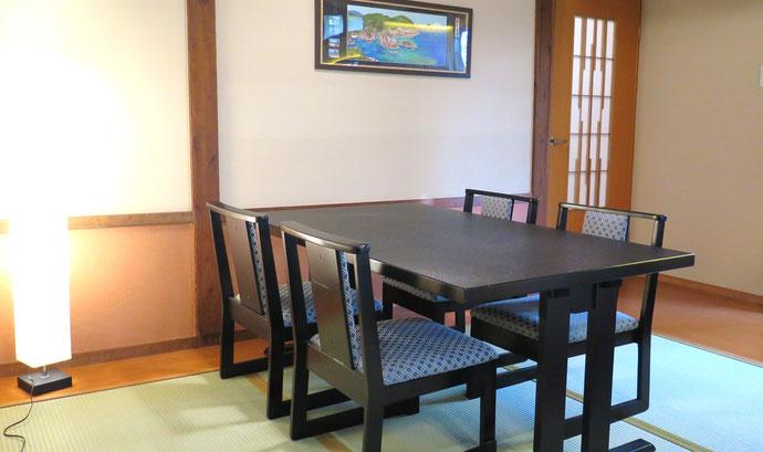 ご年配や外国人のお客様にもご利用しやすいように、高座椅子、高テーブルをおき、話しもはずみます。