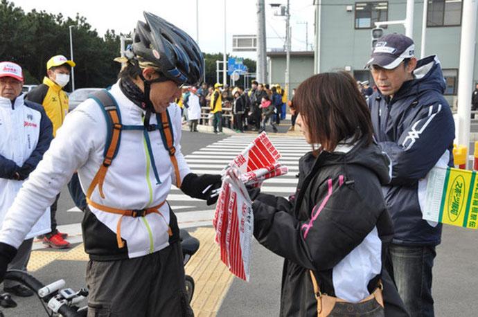 読売新聞社・報知新聞社の応援旗配布業務2