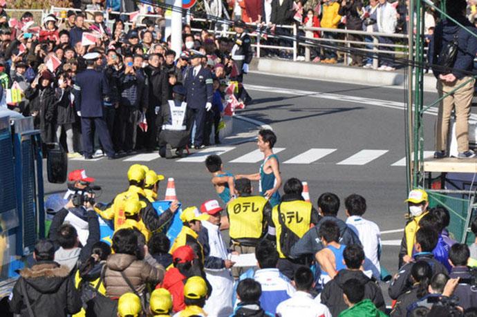 箱根駅伝で青山学院秋山選手のタスキリレー